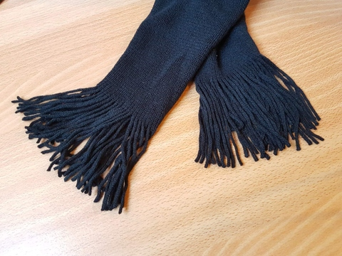 Ladies knitted scarf with self-fringes